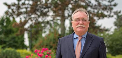 Herr Grosse-Brockhoff ist Staatssekretär a. D.
