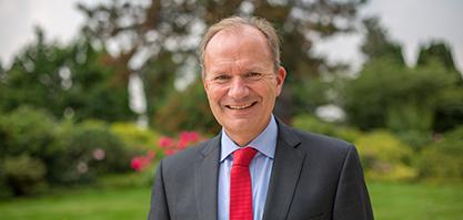 Herr Breuer ist Staatsminister a. D. und Präsident des Rheinischen Sparkassen- und Giroverbandes.