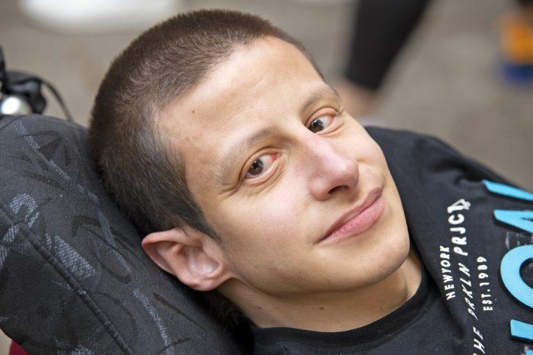 Nahaufnahme eines Mannes mit kurzen Haaren und braunen Augen, der in die Kamera schaut.