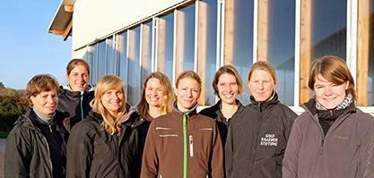 Das Team vom PRZ steht vor der Reithalle und alle lächeln in die Kamera.