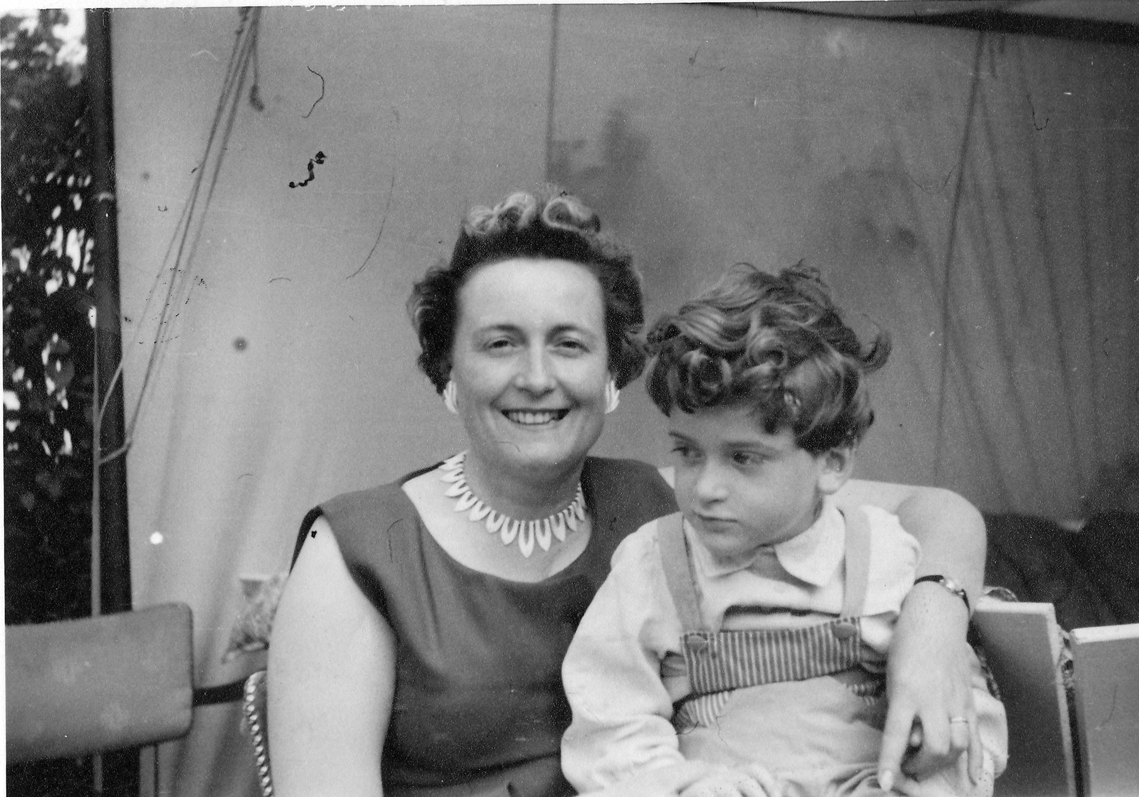Schwarz weiß Aufnahme von Katharina Krämer mit ihrem Sohn Rolf auf dem Schoß. Im Zentrum des Bildes nur die Oberkörper.