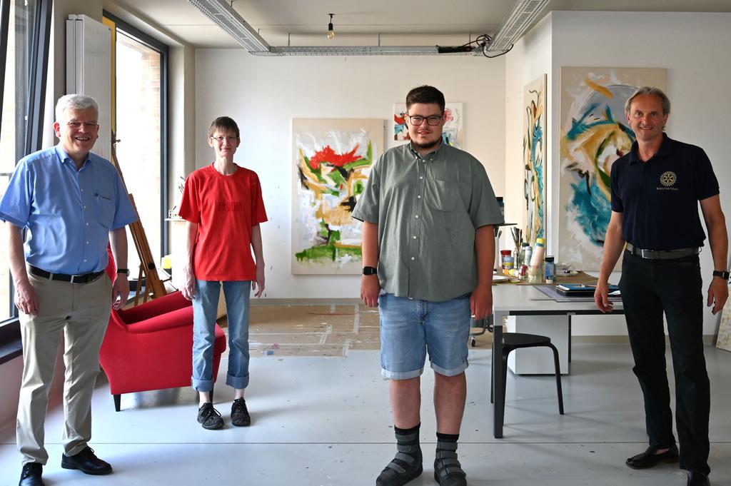 Prof. Deutsch (Vorstandsvorsitzender der Stiftung) und Holger Hagedorn (Präsident Rotary Club Pulheim) mit zwei Künstler*innen im Kunsthaus.