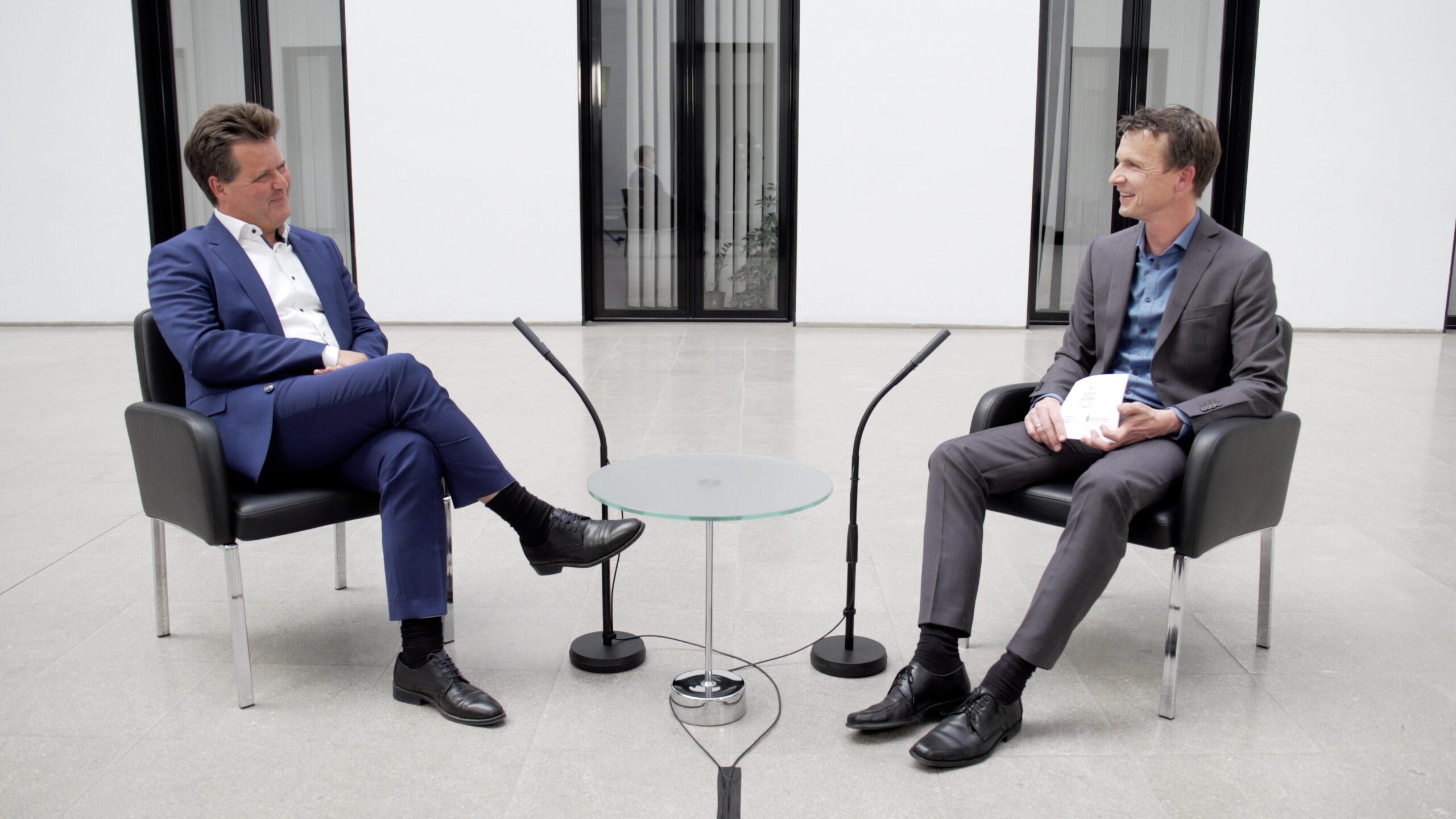 Der Bundesbehindertenbeauftragte Jürgen Dusel im Gespräch mit dem Geschäftsführer der Gold-Kraemer-Stiftung