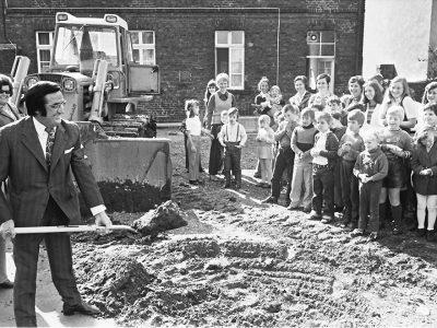 Erster Spatenstich zum Erweiterungsbau der Kreissonderschule, 1972