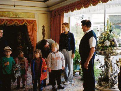 Im prunkvollen Wohnzimmer der Familie Kraemer befinden sich mehrere Kinder und vier Erwachsene.
